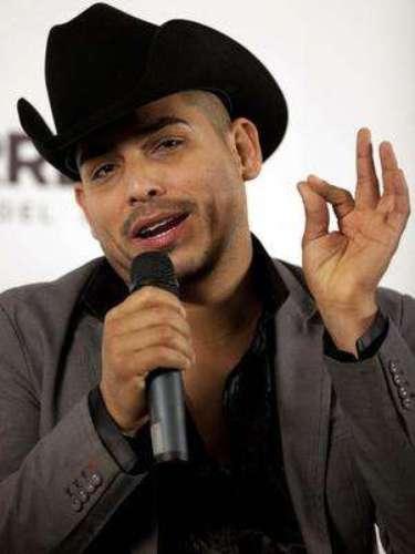 Espinoza Paz afirmó su regreso a la música con el sencillo 'Te Veías Mejor Conmigo' y él mismo cantante dio a conocer el videoclip de la canción en su cuenta de Twitter.