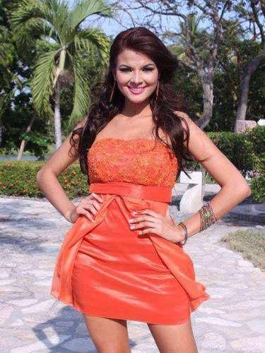Miss El Salvador - Alba Delgado. Tiene 22 años de edad, mide 1.70 m (5 ft 7 in). Procede de  San Salvador