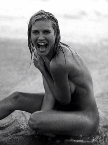 16 de Agosto - Heidi Klum recuerda viejos tiempos publicando fotos de ella cuando estaba más joven y se desnudaba para la cámara. ¡Gracias Heidi!