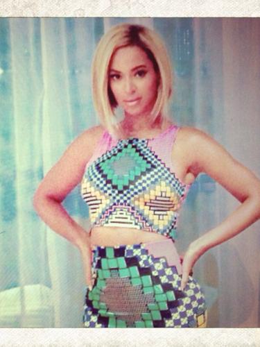 19 de Agosto - Primero la vimos con el cabello súper corto y ahora Beyoncé nos vuelve a deleitar con un nuevo look el cual consiguió gracias a unas extensiones o una peluca. ¿Les gusta?
