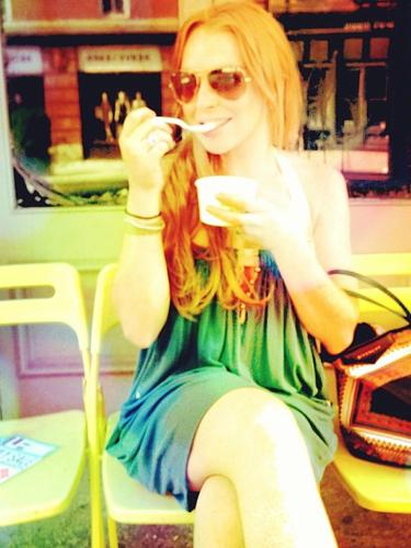 21 de Agosto - Lindsay Lohan por el momento se encuentra tranquila trabajando y al parecer ya cambió el alcohol y las drogas por cosas más dulces como el helado. ¡Qué rico!