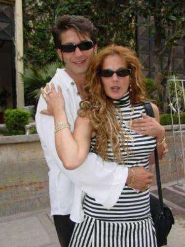 Aparentemente Niurka Marcos y el productor Juan Osorio mantenían ua relación feliz, hasta que en el 2003 la cubana, que tenía un personaje importante en la telenovela 'Velo de Novia' (producida por Osorio) estalló la bomba de su infidelidad. El tercero en discordia era Bobby Larios quien, en el melodrama, personificaba al gran amor de la vida de Niurka. La vedette cubana y Larios se divorciaron, con un escandalazo de por medio, en el 2006. Doña 'Chuy', la mamá de Bobby, culpó por años a Niurkade las desgracias de su hijo.