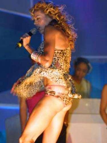 En el 2002, Paulina Rubio pasó la pena del siglo. La cantante divertía al público con sus canciones cuando para el goce de los presentes mostró... su talento y sus tangas de \