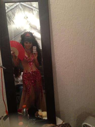 Agosto 26, 2013: Para el deleite de su más de300.000 seguidores en Twitter, Maribel Guardia compartió una imagen de sus atributos físicos desde el camerino. Esta diva luce bellísima así se esté comenzando arreglar para dar un show.