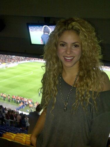 29 de Agosto - Shakira está nuevamente en España apoyando a su amado Piqué. La colombiana dejó un rato el estudio de grabación donde está preparando su nuevo álbum para irse al fútbol.
