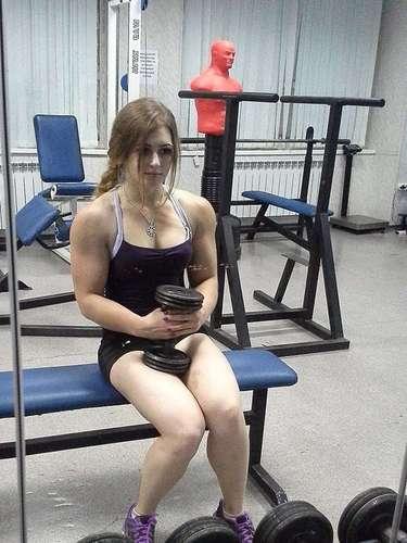 Julia Vins, la joven rusa con rostro de muñeca y cuerpo musculoso.