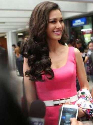 La hermosísima Miss Tailandia no pudo ocultarse de los medios y los fanáticos que no dejar de asediarla para conocerla y admirar su belleza.