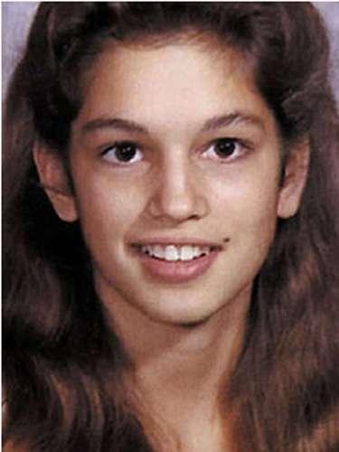 La profunda penetrante y la belleza melena, pero sobre todo el característico lunar facial pueden darnos pistas. Esta niña es la top model Cindy Crawford.