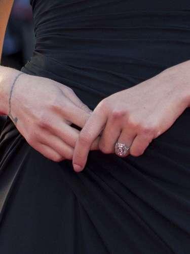 Aunque la actriz acudió para promocionar su última película, 'Under the Skin', ésta no pudo evitar que todas las miradas se posaran en lasortija de diseño art decó que mostróensu dedo anular izquierdo.