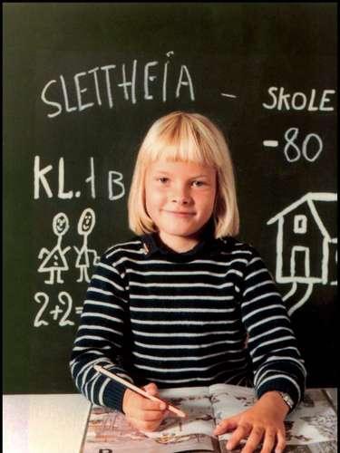 Seguro que esta niña tampoco se imaginaría formar parte de la realeza cuando iba a la escuela; ella es Mette Marit de Noruega.