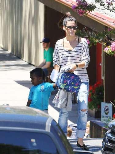 Sandra Bullock lleva a su hijo al colegio con unos vaqueros, camiseta marinera y slippers de terciopelo con tachuelas doradas.