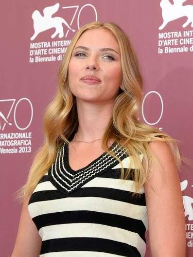 Con un modelo más discreto, Scarlett Johansson posó en el PhotoCall del Festival de Cine de Venecia