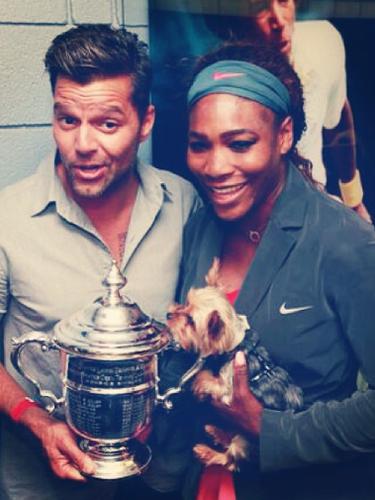9 de Septiembre - Ricky Martin se coló hasta los camerinos para felicitar a Serena Williams por haber ganado el US Open. El boricua posó con el trofeo diciendo que él lo había ganado. Yeah, right!