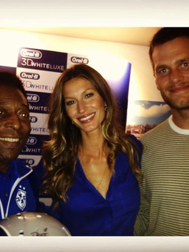 11 de Septiembre - Gisele Bündchen nos presumió su foto junto al 'Rey Pelé' y su esposo Tom Brady. La dupla de brasileños son portavoces de una famosa marca.