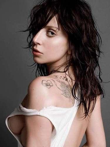 Lady Gaga. Los desnudos para ella son un hábito y si el fin es aumentar sus ventas, seguramente no dudará en quitarseuna vez más la ropa. Durante su gira anterior sacudió al mundo cuando supuestamente fumó un cigarro de marihuana en un concierto que brindó en Amsterdam, más tarde la 'Mamá Monster' lo desmintió.