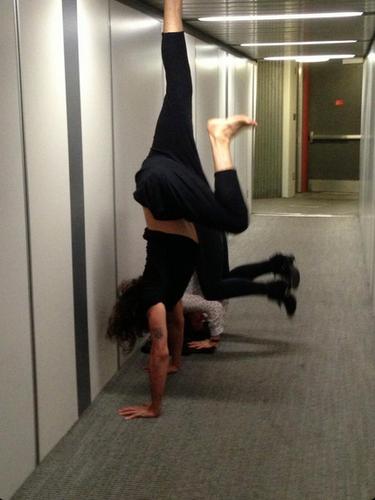 13 de Septiembre - Otro que practicó yoga fue Russell Brand en el aeropuerto. El cómico y actor hizo sus mejores poses mientras esperaba su vuelo que estaba retrasado