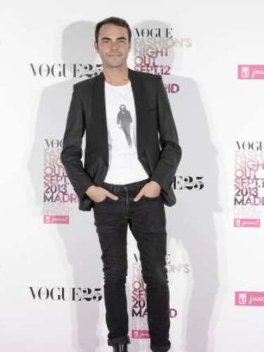 El diseñador Ion Fiz con una camisetadel documental 'Sugarman', combinada con unos vaqueros en color gris oscuro, americana negra y botas de piel.