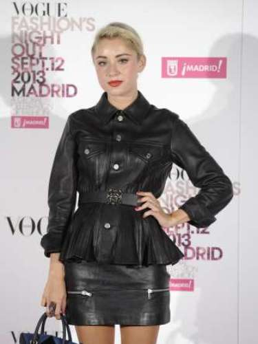 Miranda Makaroff con una chaqueta de cuerode Loewe de la colecciónJunya Watanabe, concinturón tambiénde Loewe yzapatos de Robert Clergerie.