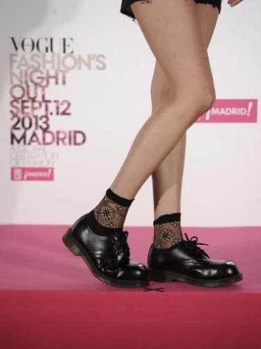 Alba Galocha, protagonista de 7días/ 7looks y autora de Tea Time, con unvestido negro de Datura, un bolso estampado de CHy zapatos negros de Dr. Martens.