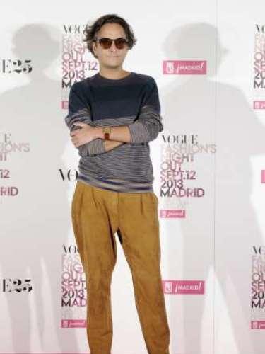 El 'it boy' Josie, experto en moda posaba sobre el photocallde laVFNO con gafas de sol, jersey de punto y pantalón de color mostaza.