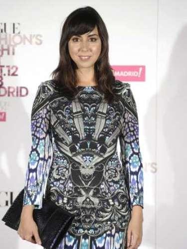 La actriz Carmen Ruiz con un vestido estampado y clutch rígido negro