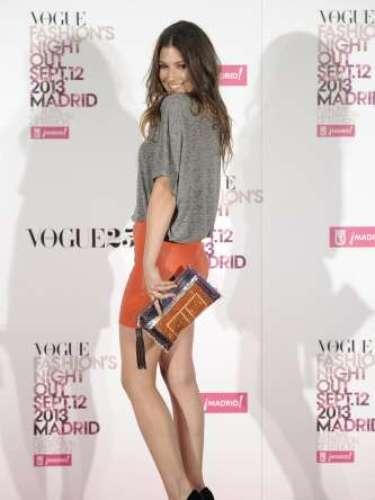 Ursula Corberó posó con una camiseta básica de color gris de Bell Air, falda naranja de American Retro, zapatos negrosde Úrsula Mascaró y complementos de su propia firma.