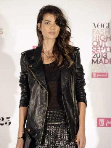 La modelo Sheila Márquezcon una faldanegra de tachuelas deRoberto Cavalli, camiseta básica de Loewe, cazadora de cuero de Pierre Balmain y botas con cadenas de Jimmy Choo