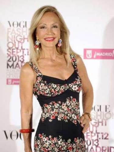 Carmen Lomana posó sonriente con un vestido de estampado floral deDolce y Gabanna, un bolso de color rojo dintage de Prada, zapatos de Jimmy Chooy pendientes de flores.