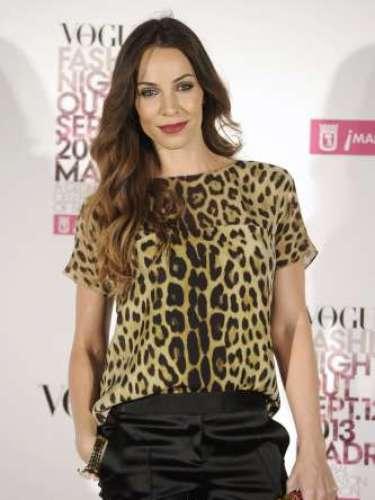 Nerea Garmendia se decantó por un top de estampado de leopardo, pantalones negros de raso y clutch de color rojo con detalles dorados.