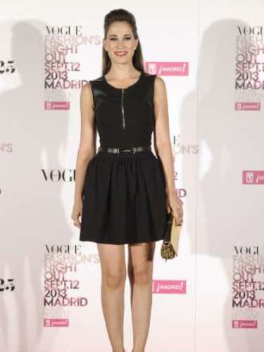 La actriz Celia Freijeiro posó en el photocall de la Vogue Fashion Night Out Madrid 2013 con un vestido negro y un clutch dorado.