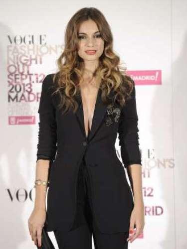 La actriz Norma Ruíz apostó porun traje de chaqueta en color negrocon profundo escote en V y zapatos peep-toe con plataforma. Para completar el look utilizó un clutch del mismo color.