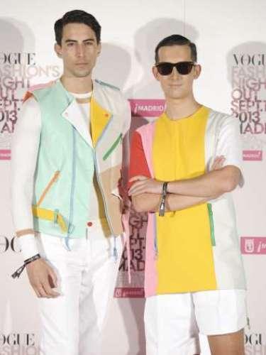 Bloggers de Pepino Marino, ambos con ropa de David Delfín de colores llamativos.
