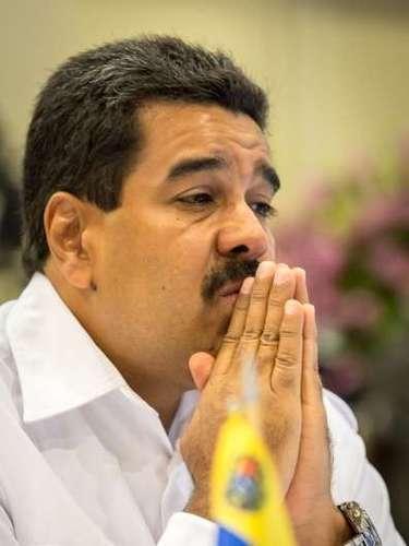 """El presidente de Venezuela ha sido blanco de críticas y hasta burlas por sus consecuentes metidas de pata. El más reciente fue durante una alocución a través de cadena pública radio y televisión, el líder político quiso citar un extracto de la biblia, donde hablaba que Jesús convirtió el agua en vino y multiplicó los peces; en un descuido Maduro aseveró que """"Cristohabía convertido el agua en vino y multiplicado los penes"""". El desliz le causó al Jefe de Estado posicionarse en Twitter durante varias horas y ser parte de los noticieros mundiales."""