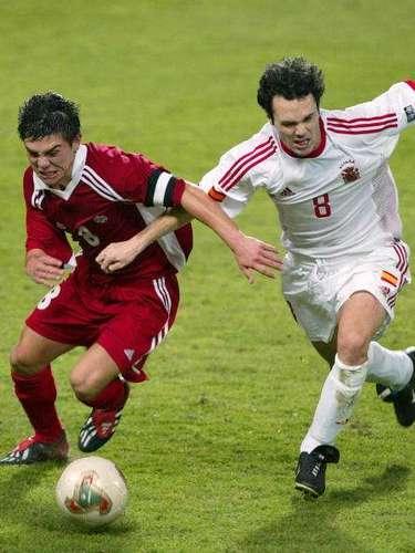 Andrés Iniesta (derecha)fue compañero de Fernando Torres tanto en juveniles como en mayores, donde juntos también se coronaron campeones de las Eurocopas 2008 y 2012 y del Mundial 2010. A nivel clubes, es titular desde 2002 en el mediocampo del Barcelona, donde es una de las figuras junto con su compatriota Xavi y el argentino Lionel Messi.