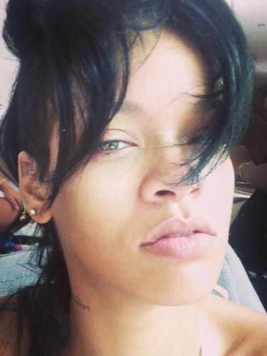 17 de Septiembre - No cabe duda de que la belleza de Rihanna es única y así lo muestra la cantante en esta foto donde no trae ni una gota de maquillaje. ¡Hermosa!