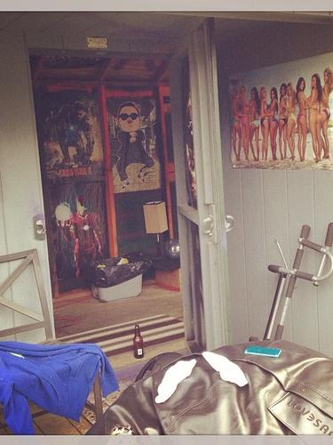 17 de Septiembre - Madonna puso en evidencia a su hijo Rocco de 13 años. La reina del pop publicó esta foto de la habitación de su hijo donde se le puede ver que vive su adolescencia como cualquier chico.