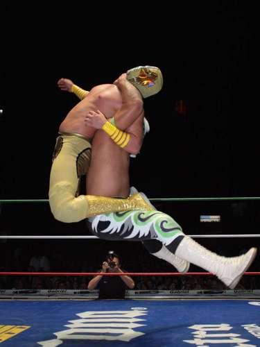 En el evento especial, el triunfo del match relámpago correspondió al Ángel de Oro quién en 6 minutos superó al Misterioso.
