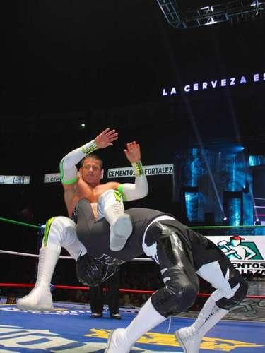 Haciendo equipo con Último Guerrero y Averno, para derrotar en tres caídas al trío formado por La Sombra, Atlantis y Blue Panther.