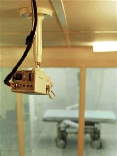 Durante el tiempo que esperan su condena, los prisioneros se encuentran confinados en sus celdas durante 23 horas por día con visitas limitadas. Sus actividades muchas veces se reducen a nada.