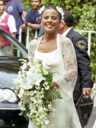 Kate del Castillo y Luis García. La boda civil realizada en el año 2001 fue muy elegante. 'La Reina Del Sur' eligió llevar un vestido largo color hueso y en el cabello lució un tocado muy discreto.