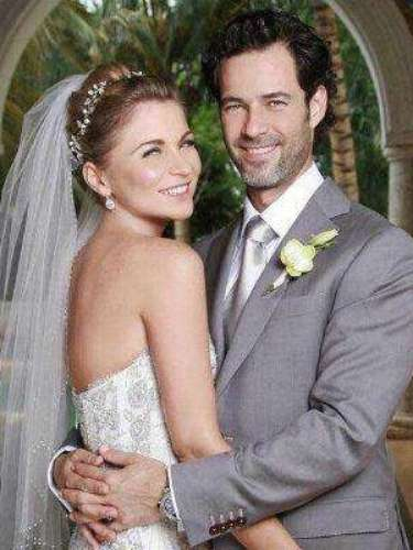 La ahora señora de Salinas escogió para su boda con Emiliano Salinas (hijo del ex presidente Salinas) un modelo sobrio y el cabello recogido en un moño poco llamativo. En este caso \