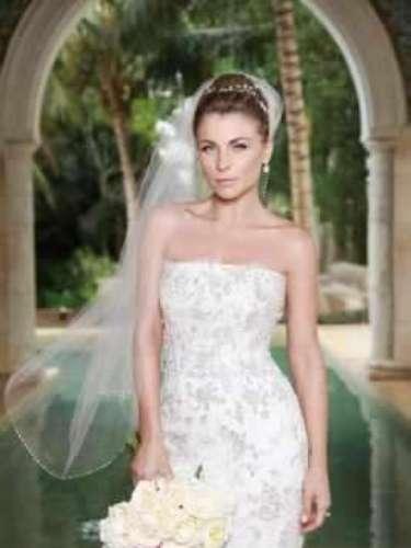 Lo único que tuvo un tamaño sobresaliente fue el ramo en colores pastel que, si se fijan en la imagen, la actriz supo colocar estratégicamente en la abertura alta que traía su vestido.