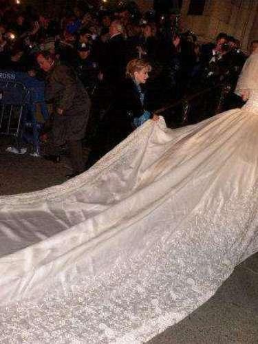 El diseño -original de la cantante y Mitzy- fue espectacular. Inmenso, diríamos. Por ello, la novia no optó por un ramo muy grande, pues el traje era en sí se robaba el show.