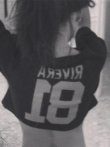 30 de Septiembre - Naya Rivera portó el Jersey de su hermano que juega para los Raiders. La cantante y actriz es fan de la NFL y así lo demostró con esta sensual y sexy foto