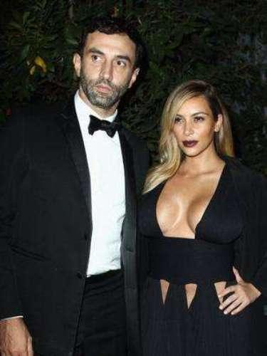 Kim Kardashian y Ricardo Tisci, director creativo de Givenchy,en París con motivo de la Semana de la Moda y dóndela atención por usar un atrevido escote