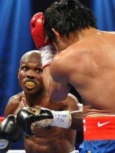 Bradley subió de categoría a Welter. En esa división se encontraba ni más ni menos que Manny Pacquiao al que retó por el título de la OMB. El resultado de la pelea resultó por demás inesperado.