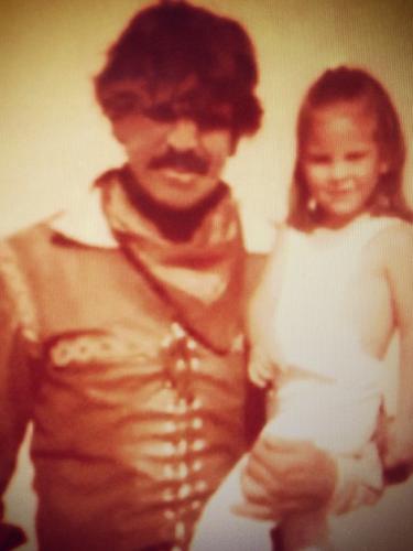 8 de Octubre - ¿La reconocen? Es nada más y nada menos que Kate del Castillo que compartió esta foto de cuando era una pequeña niña al lado de su papé, el actor Erick del Castillo al que denomina como su héroe.