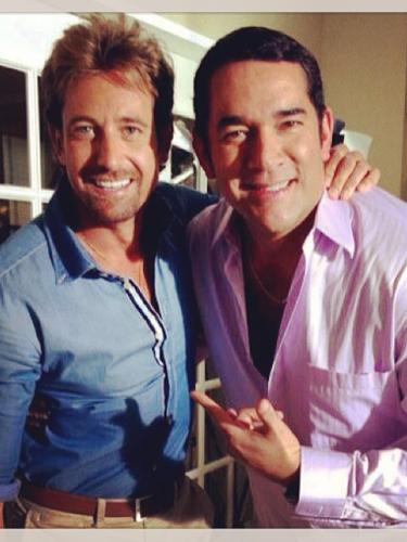 10 de Octubre - Gabriel Soto y Eduardo Santamarina son buenos amigos a pesar de que en la telenovela 'Libre Para Amarte' son rivales de amores. Los actores posaron muy contentos para esta foto juntos donde demuestran que no hay rivalidad entre ellos.