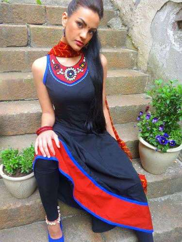 Miss Noruega - Mari Chauhan. Tiene 24 años de edad, mide 1.67 metros de estatura (5 ft 5 12 in) y procede de Hamar