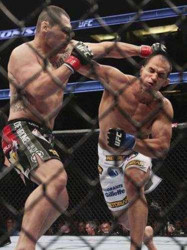 El 12 de noviembre del 2011, en Anaheim, California, el brasileño Junior Dos Santos derrotó a Caín Velásquez en UFC on Fox, arrrebatándole el título de los pesados.
